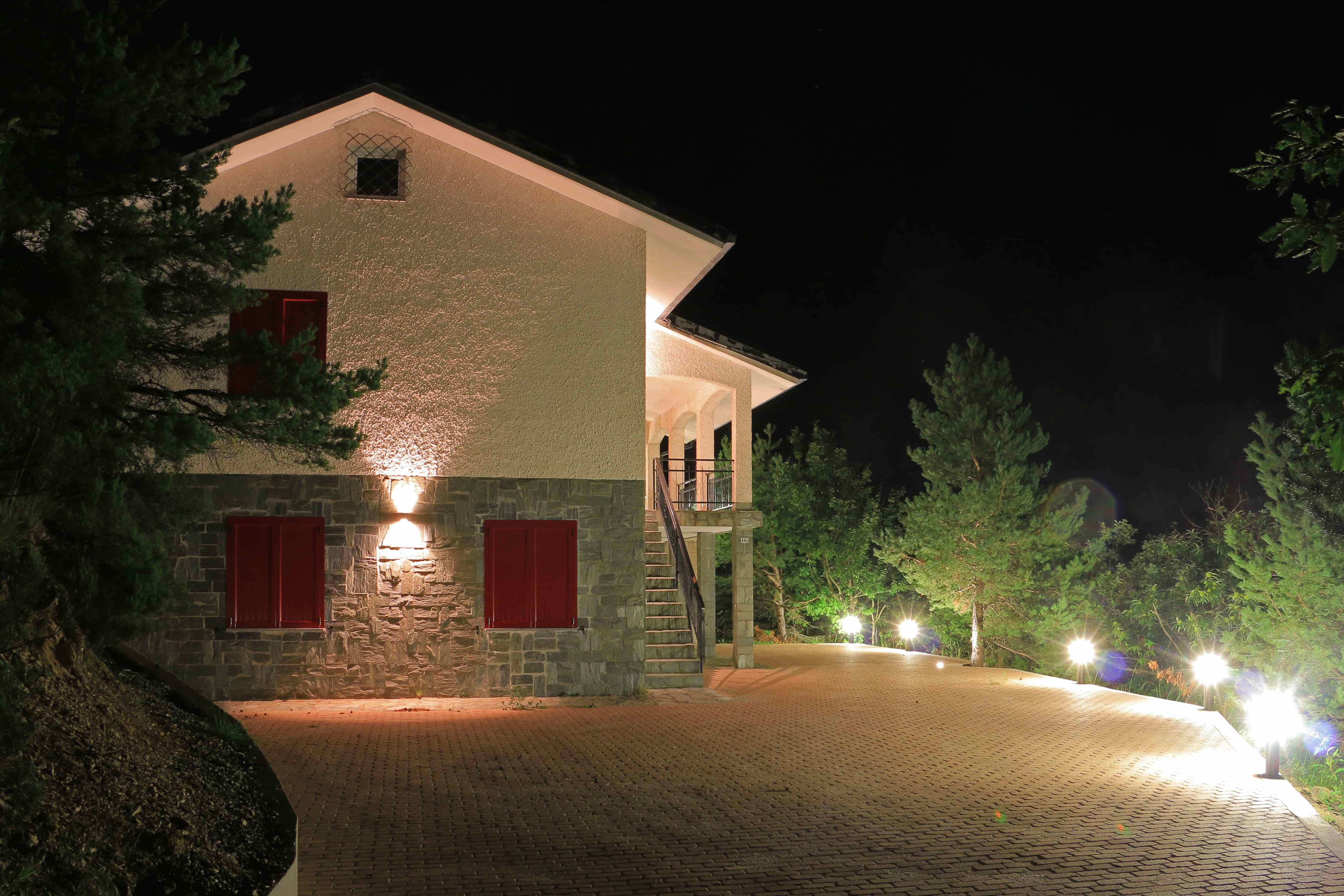 Illuminazione esterna casa moderna villa in sardegna esempio di