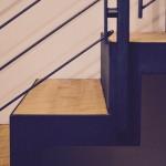 Dettaglio della scala in legno e ferro