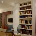 Libreria in muratura e angolo lettura